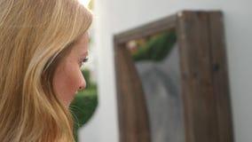Женщина принимает его отражение в ложном зеркале на камере путешествие образа жизни она смеется над и дурачок 4K движение медленн видеоматериал