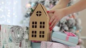 Женщина принимает подарку декоративный двухэтажный дом картона акции видеоматериалы