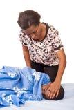 Женщина принимает температуру ее больного сына стоковые изображения rf
