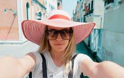 Женщина принимает фото в Венеции, Италии стоковые изображения
