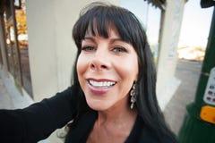 Женщина принимает Selfie Outdoors стоковая фотография rf