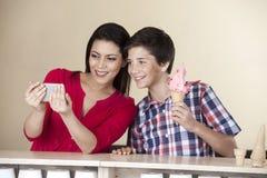 Женщина принимая автопортрет при сын держа мороженое клубники Стоковые Изображения