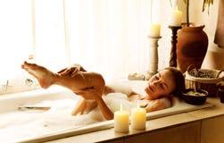 Женщина принимая ванну Стоковые Изображения RF