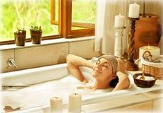 Женщина принимая ванну Стоковые Фотографии RF