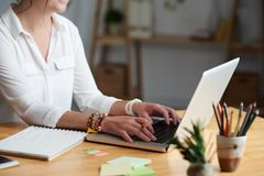Женщина принимая онлайн класс стоковое фото