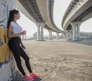 Женщина принимая пролом от бежать Стоковая Фотография