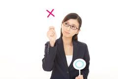 Женщина принимая решениее да или нет стоковое фото
