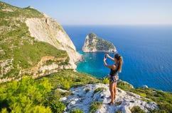 Женщина принимая фото скалы - острова Закинфа, Agalas, Греции Стоковое Изображение