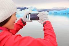 Женщина принимая фото smartphone, Jokulsarlon Исландию Стоковые Изображения