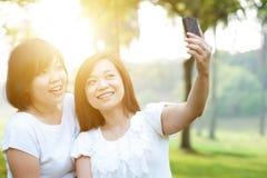 Женщина принимая selfie Стоковые Фотографии RF