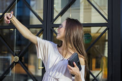Женщина принимая selfies с хозяйственными сумками Стоковые Фото