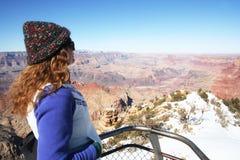 женщина пристальных взглядов каньона грандиозная Стоковые Изображения