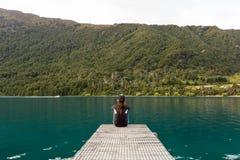 женщина пристани сидя Стоковые Фотографии RF