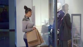 Женщина приходит к витрине на моле стоковые изображения rf