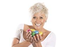 Женщина при белокурые волосы держа пасхальное яйцо зайчика шоколада Стоковое фото RF