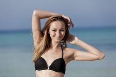 Женщина при бикини скача в hochformat моря Стоковое Фото