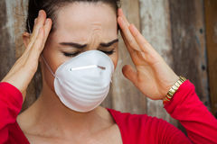 Женщина при головная боль нося лицевой щиток гермошлема стоковые фотографии rf
