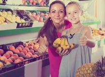 Женщина при девушка смотря удовлетворяемый и держа большие пальцы руки вверх Стоковая Фотография RF