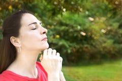 Женщина при закрытые глаза, моля Стоковое Фото