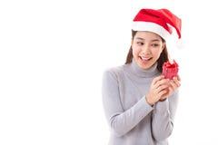 Женщина при изолированная подарочная коробка рождества красная, белизна Стоковое Фото