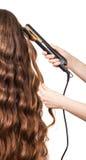 Женщина при длинный изолированный curler парикмахера волос и руки стоковая фотография rf