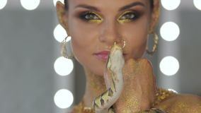 Женщина при искусство тела держа змейку видеоматериал