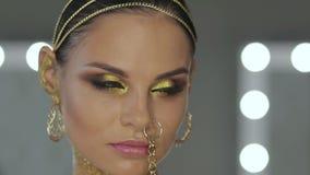 Женщина при искусство тела держа змейку сток-видео