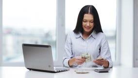 Женщина при калькулятор подсчитывая деньги доллара США сток-видео