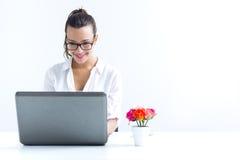 Женщина при компьтер-книжка работая дома Стоковая Фотография