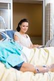 Женщина при компьтер-книжка сидя мужским пациентом Стоковые Фотографии RF