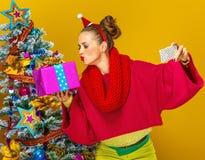 Женщина при коробка подарка на рождество принимая selfie с чернью Стоковое Изображение RF