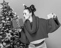 Женщина при коробка подарка на рождество принимая selfie Стоковые Изображения