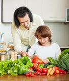 Женщина при красивый супруг варя с свежими овощами Стоковые Фотографии RF
