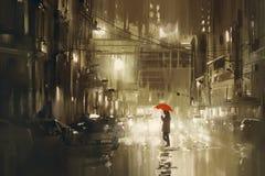 Женщина при красный зонтик пересекая улицу, ненастную ночу Стоковые Изображения RF