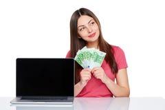 Женщина при наличные деньги евро показывая пустой экран компьтер-книжки Стоковые Фото