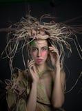 Женщина при одичалый взгляд представляя с красочным составом в atmo фантазии Стоковые Изображения RF