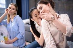 Женщина при питье смотря молодых друзей Стоковое Изображение RF