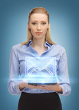 Женщина при ПК таблетки посылая электронную почту Стоковое Изображение