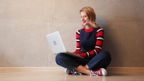 Женщина при портативный компьютер сидя на поле видеоматериал