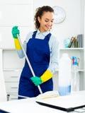 Женщина при поставки очищая в офисе стоковая фотография