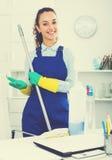 Женщина при поставки очищая в офисе стоковое фото rf