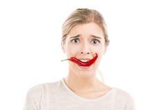 Женщина при придурковатая сторона держа перец красных чилей Стоковые Фотографии RF