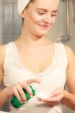 Женщина при пробирка хлопка очищая ее кожу Стоковые Фотографии RF