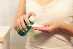 Женщина при пробирка хлопка очищая ее кожу Стоковое фото RF