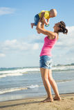 Женщина при ребенок играя на пляже Стоковая Фотография RF