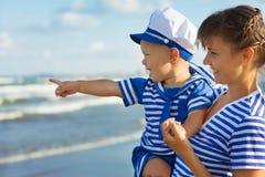 Женщина при ребенок играя на пляже Стоковое Изображение RF