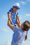 Женщина при ребенок играя на пляже Стоковое Изображение