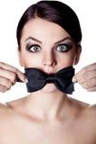 Женщина при рот покрытый с мальчик-связью Стоковые Фотографии RF