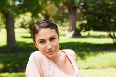Женщина при серьезное выражение смотря вперед Стоковые Изображения RF