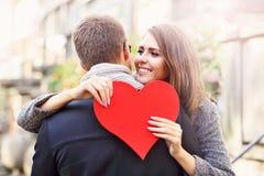 Женщина при сердце давая объятие к ее человеку Стоковые Изображения